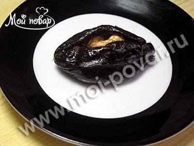 Чернослив, фаршированный орехами в сметане.
