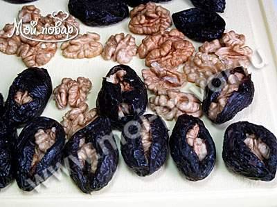 Чернослив, фаршированный орехами в сметане