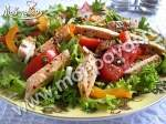Салат из куриной грудки с перцем и помидорами.