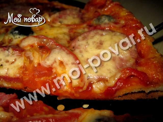 Пицца с колбасой и маслинами