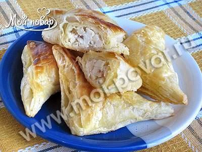 Пирожки из слоеного теста с курицей