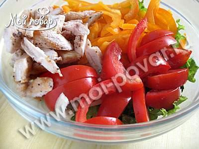 Салат из куриной грудки с перцем и помидорами