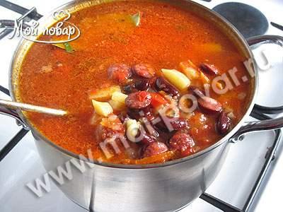 Суп с колбасками и фасолью