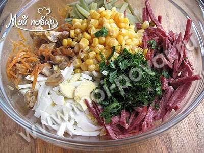 Салат с копченой колбасой, кукурузой и грибами